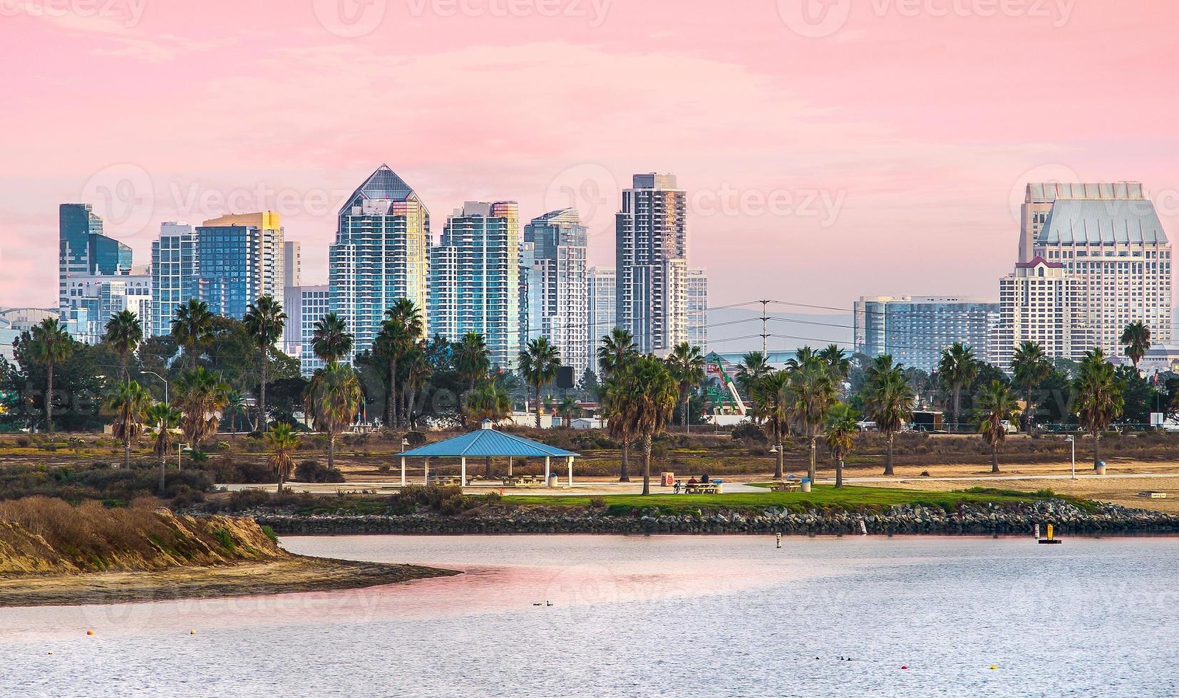 Mission Beach Sonnenuntergang und Blick auf die Innenstadt, San Diego Kalifornien foto