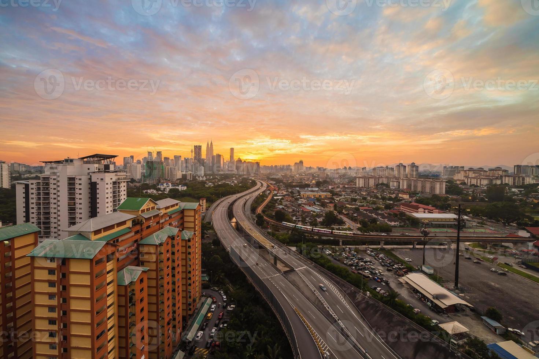 Skyline der Stadt - Kuala Lumpur in der Abenddämmerung foto