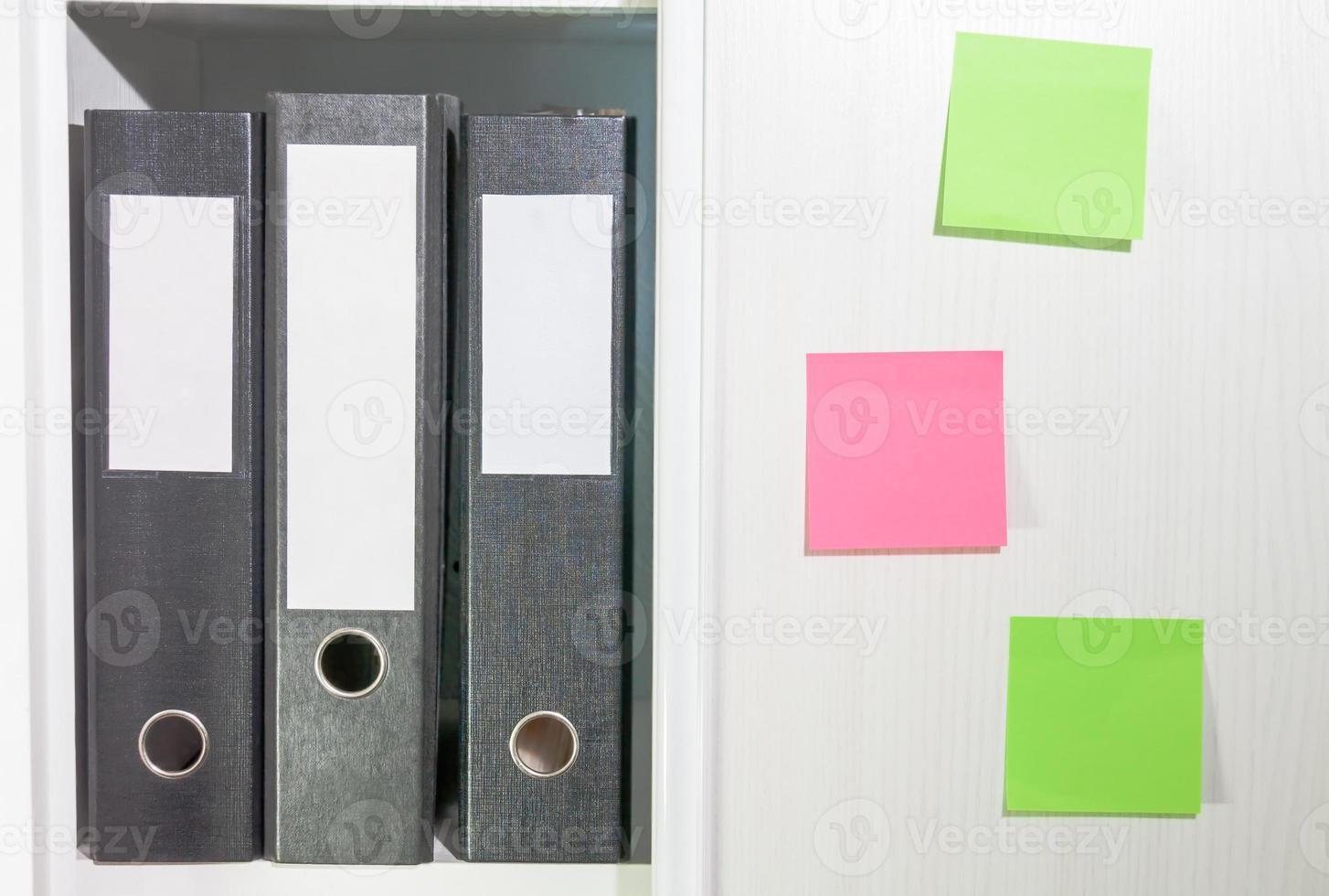 Ordner für Dokumente in einem Bücherregal foto