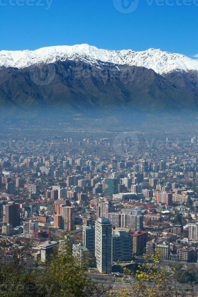 Stadtbild von Santiago, mit Bergen im Hintergrund foto