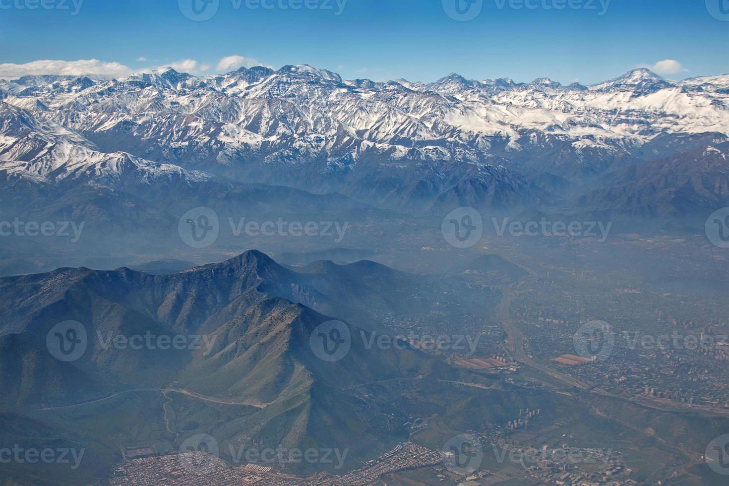 Luftaufnahme von Anden und Santiago mit Smog, Chile foto
