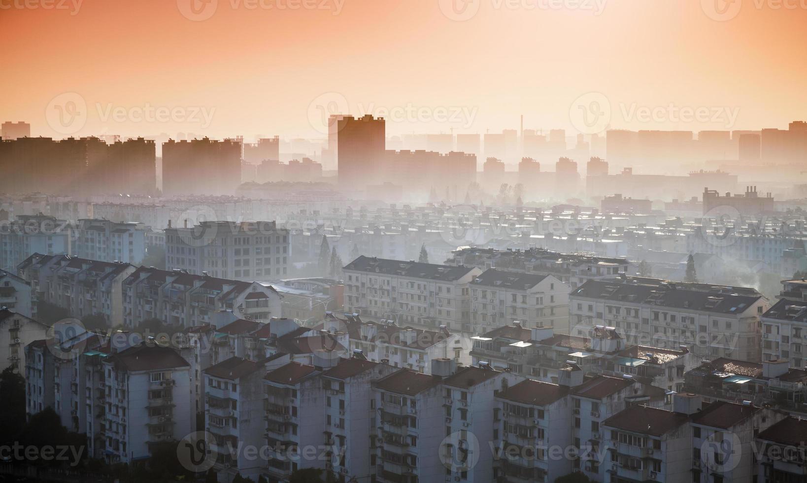 heller bunter Sonnenaufgang über Hangzhou Stadt, China foto