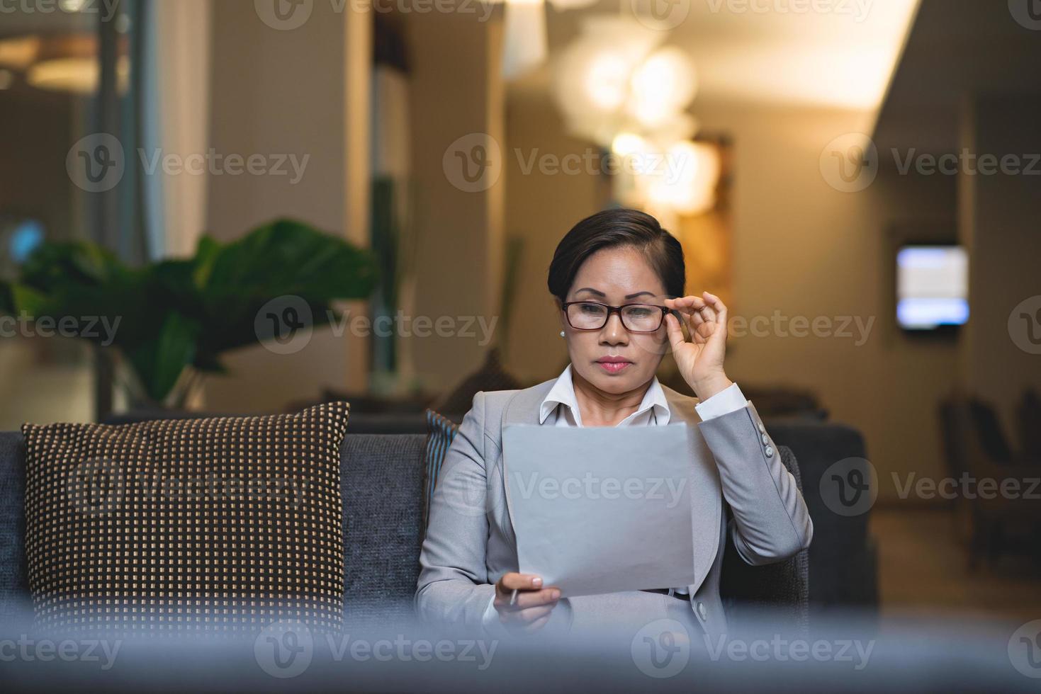 Geschäftsdokument lesen foto