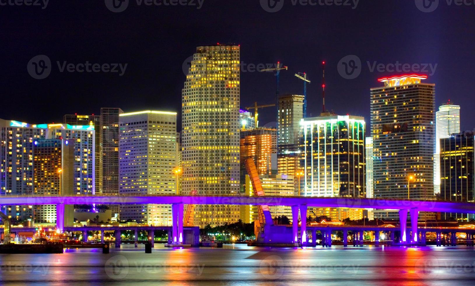 Innenstadt von Miami Florida in der Nacht foto
