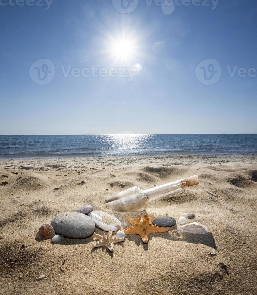 Flasche auf Sand foto