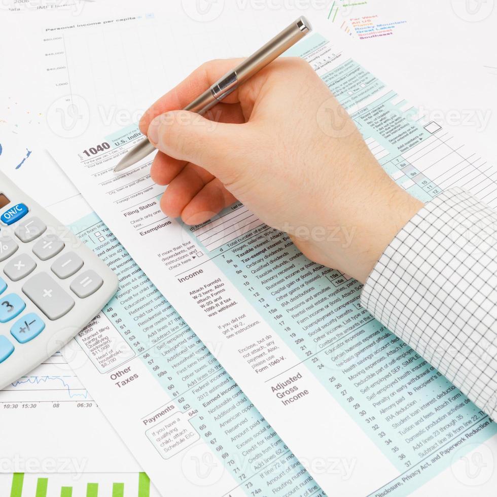 1040 US Steuerformular mit vielen Finanzdokumenten herum foto
