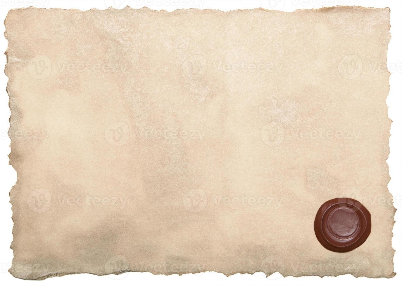 altes Papier mit Wachssiegel isoliert auf weiß foto