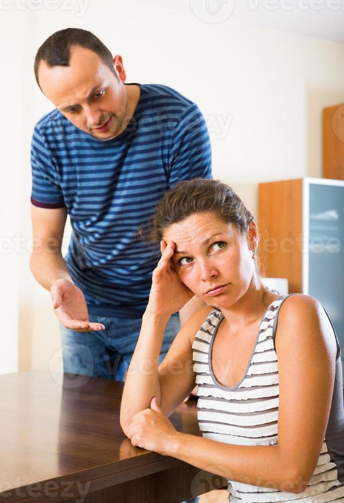 Frau und wütender Ehemann diskutieren Scheidung foto