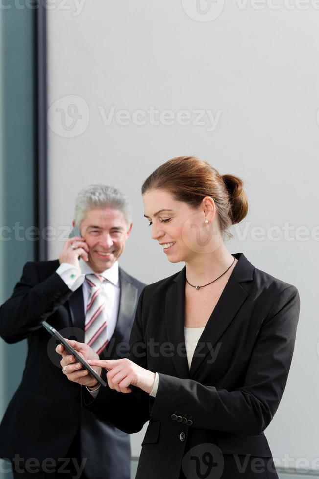 Zwei Geschäftsleute diskutieren über ihre Arbeit. foto