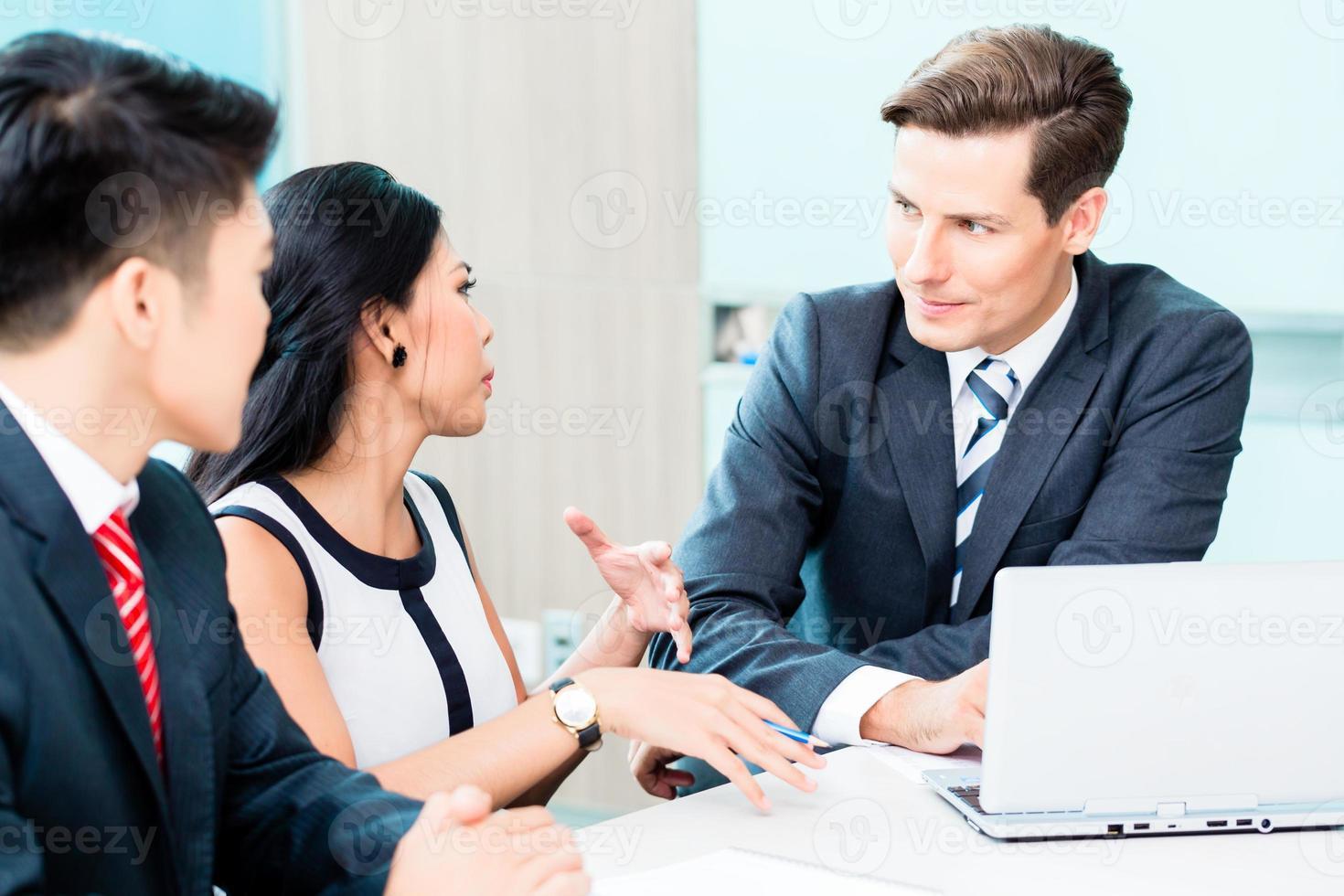 Geschäftsleute diskutieren Projekt im Büro foto