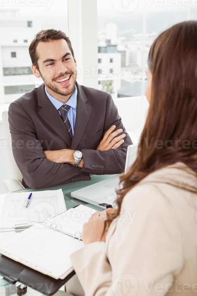 Geschäftsmann, der Frau im Amt interviewt foto