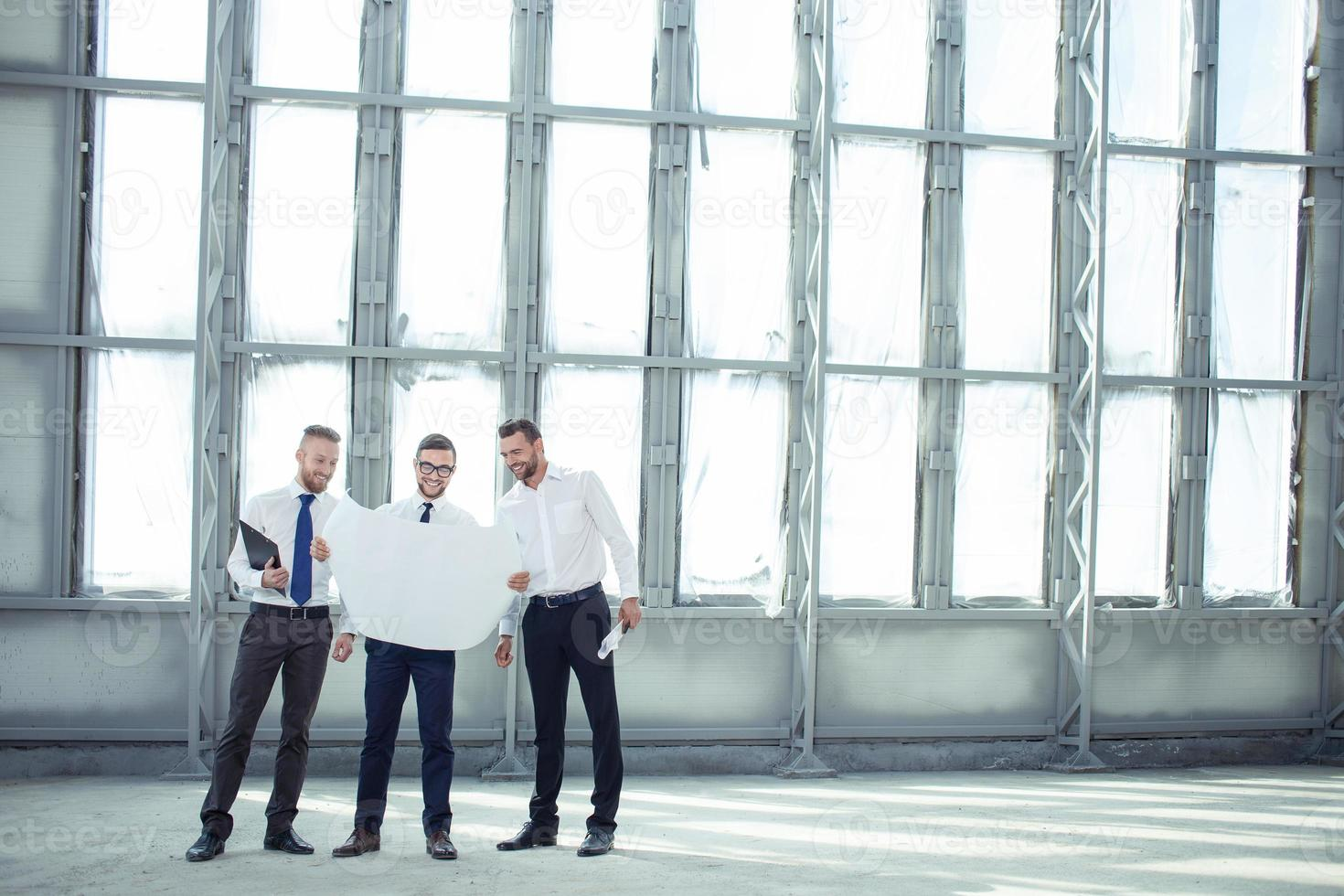 fröhliche junge Architekten diskutieren über ein neues Projekt foto