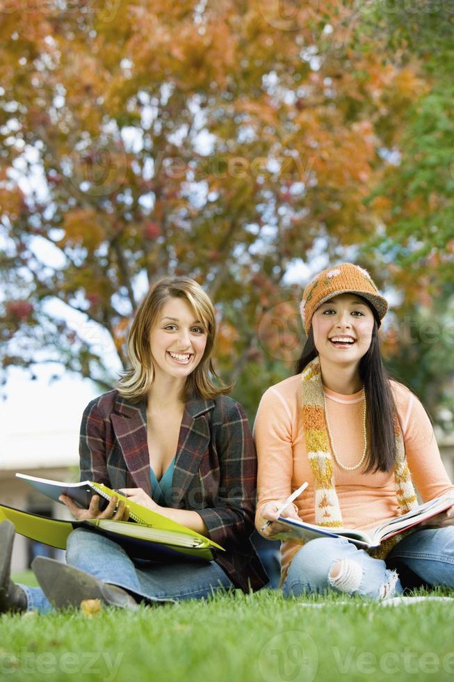 Studenten, die zusammen draußen studieren foto