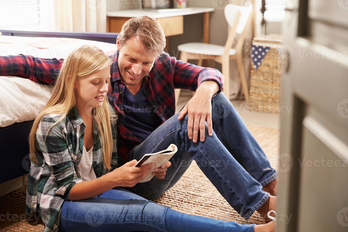 Vater und Tochter lesen zusammen foto