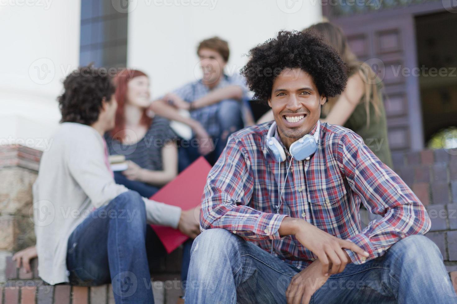 Studenten sitzen zusammen auf dem Campus foto