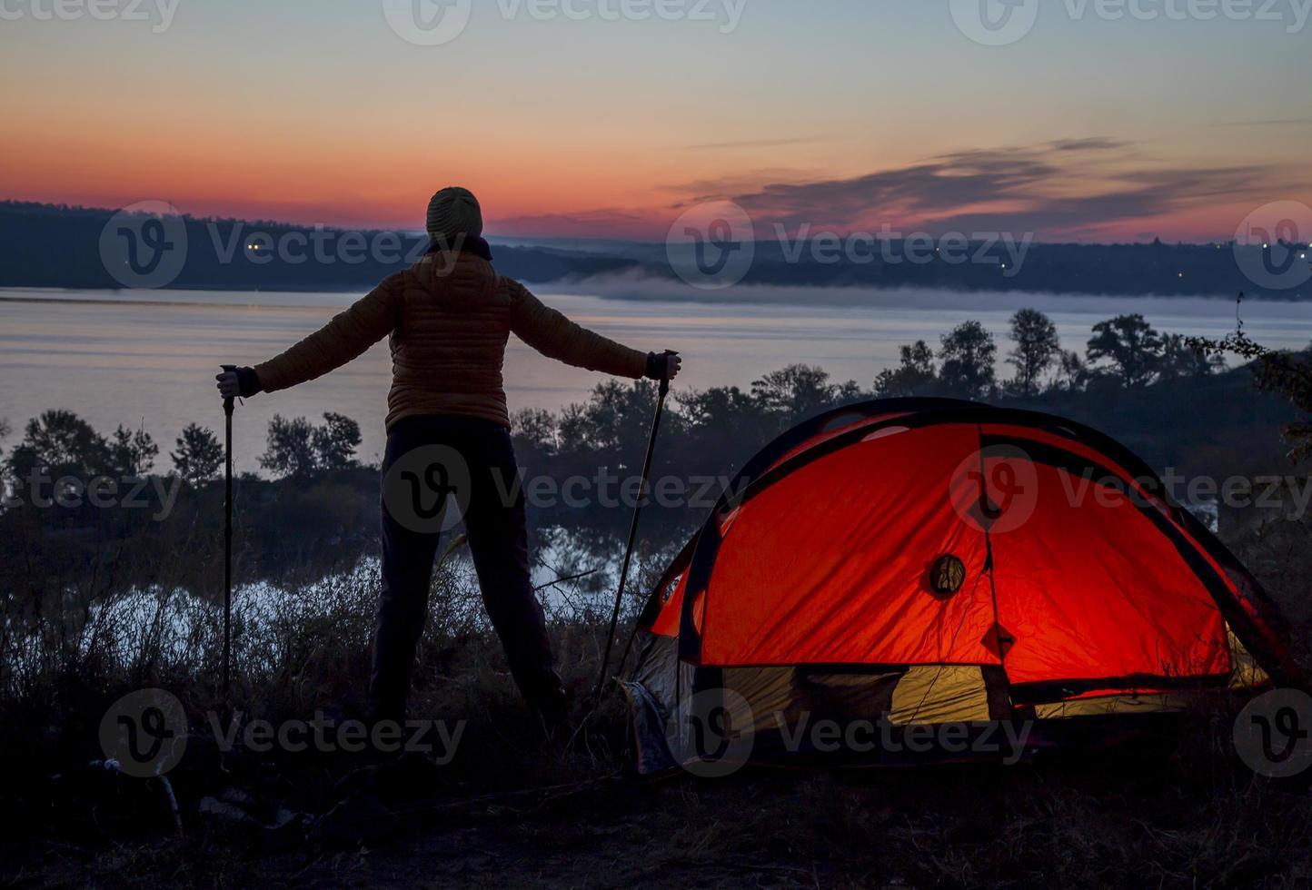 Wanderer, Zelt und Sonnenaufgang foto