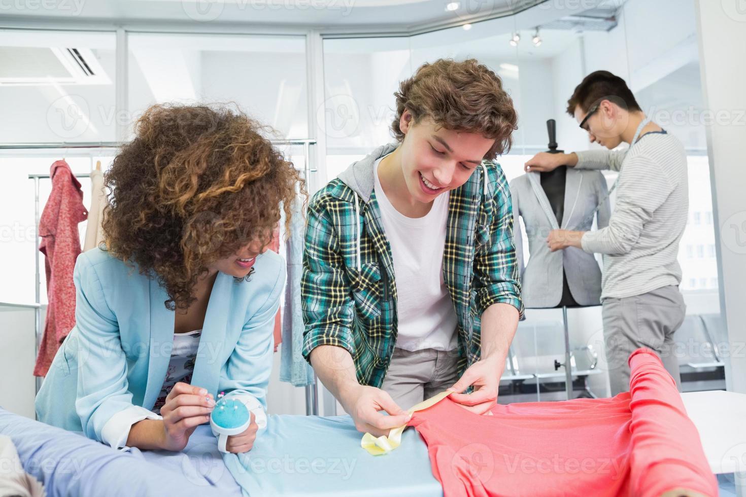 Studenten, die mit einem Stoff zusammenarbeiten foto