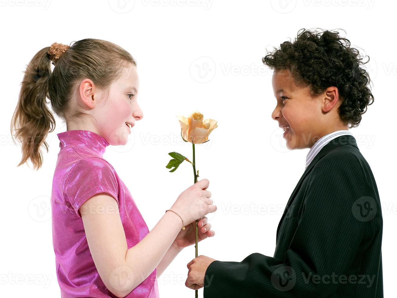 Interracial Paar lacht zusammen isoliert auf weißem Hintergrund foto