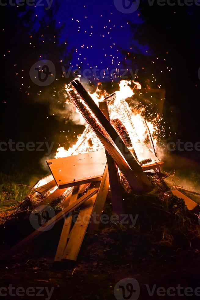 großes Lagerfeuer und Funken in der Nacht foto