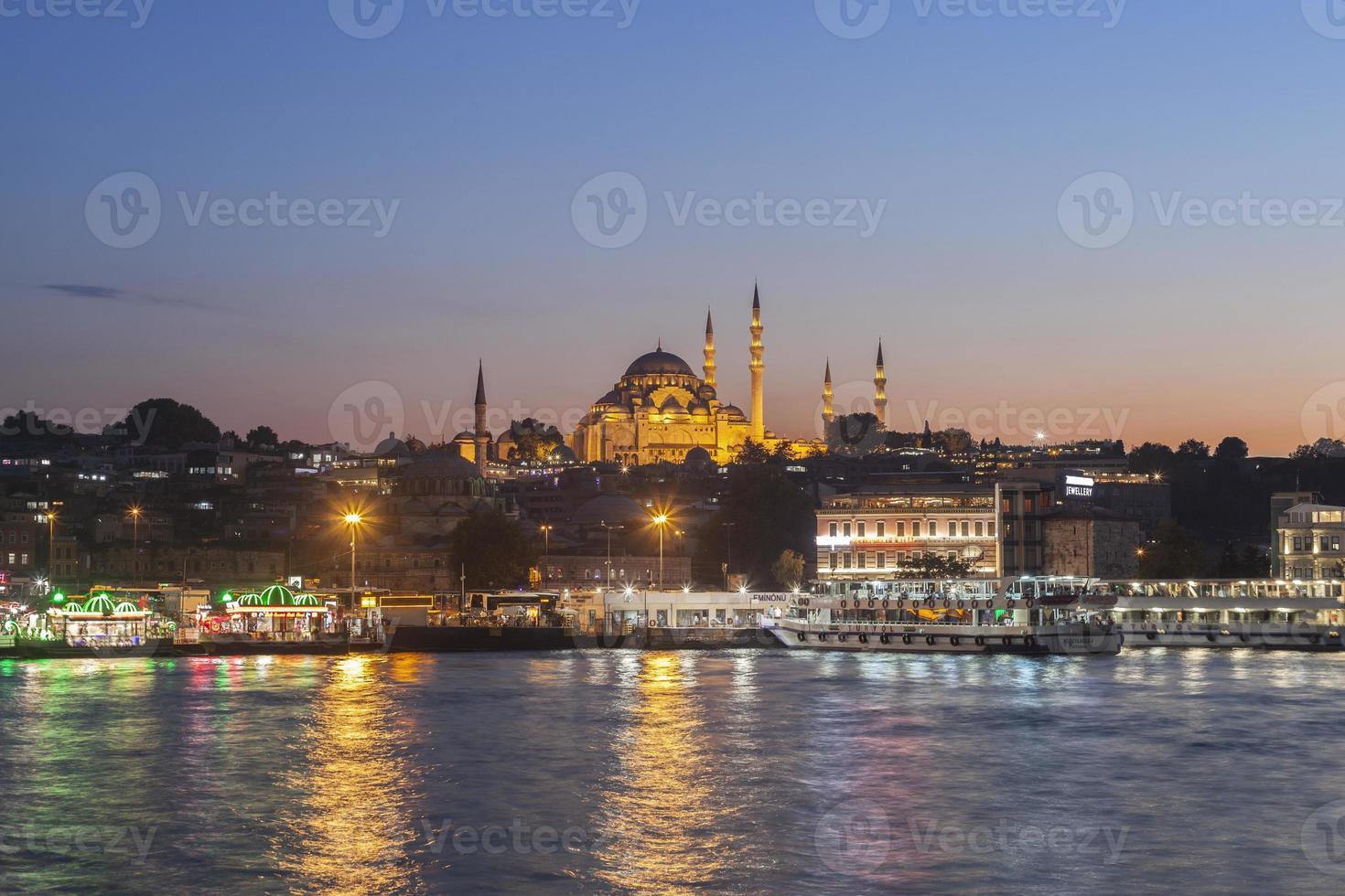 Blick auf die Sonnenuntergangsmoschee von der Galata-Brücke in Istanbul, Truthahn foto