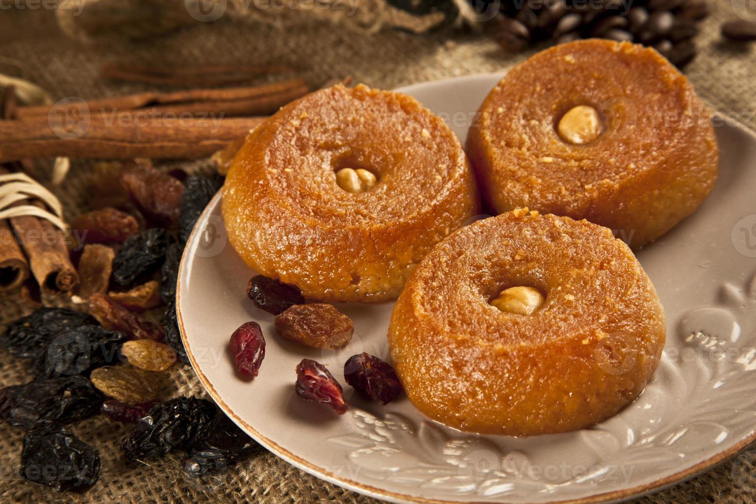 türkischer Ramadan süß - Sekerpare mit hölzernem Hintergrund foto
