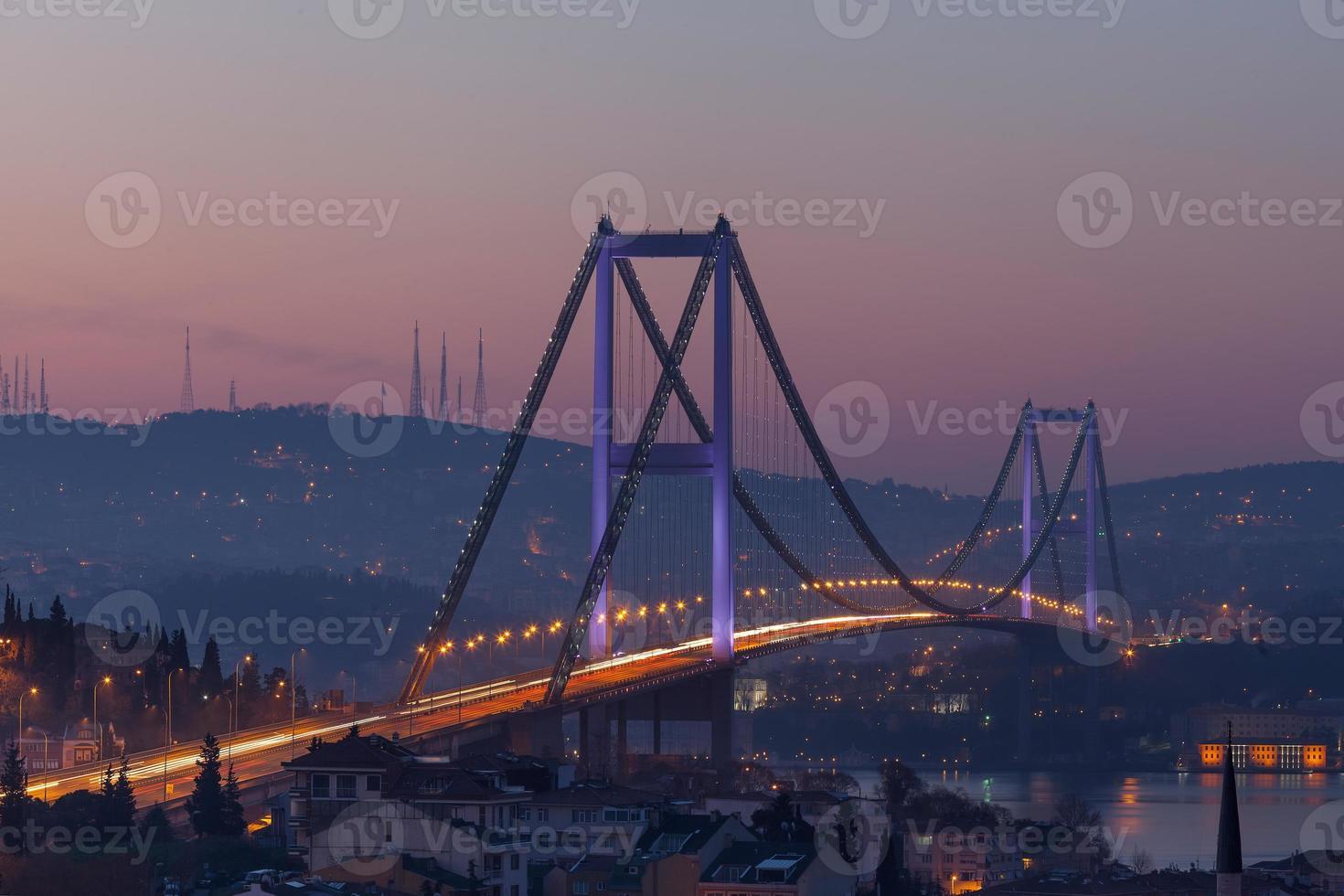 Bosporusbrücke und Verkehr am Morgen foto