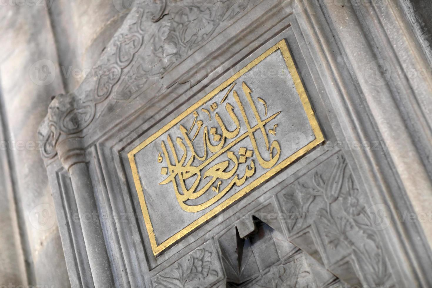 Inschrift auf dem Brunnen foto