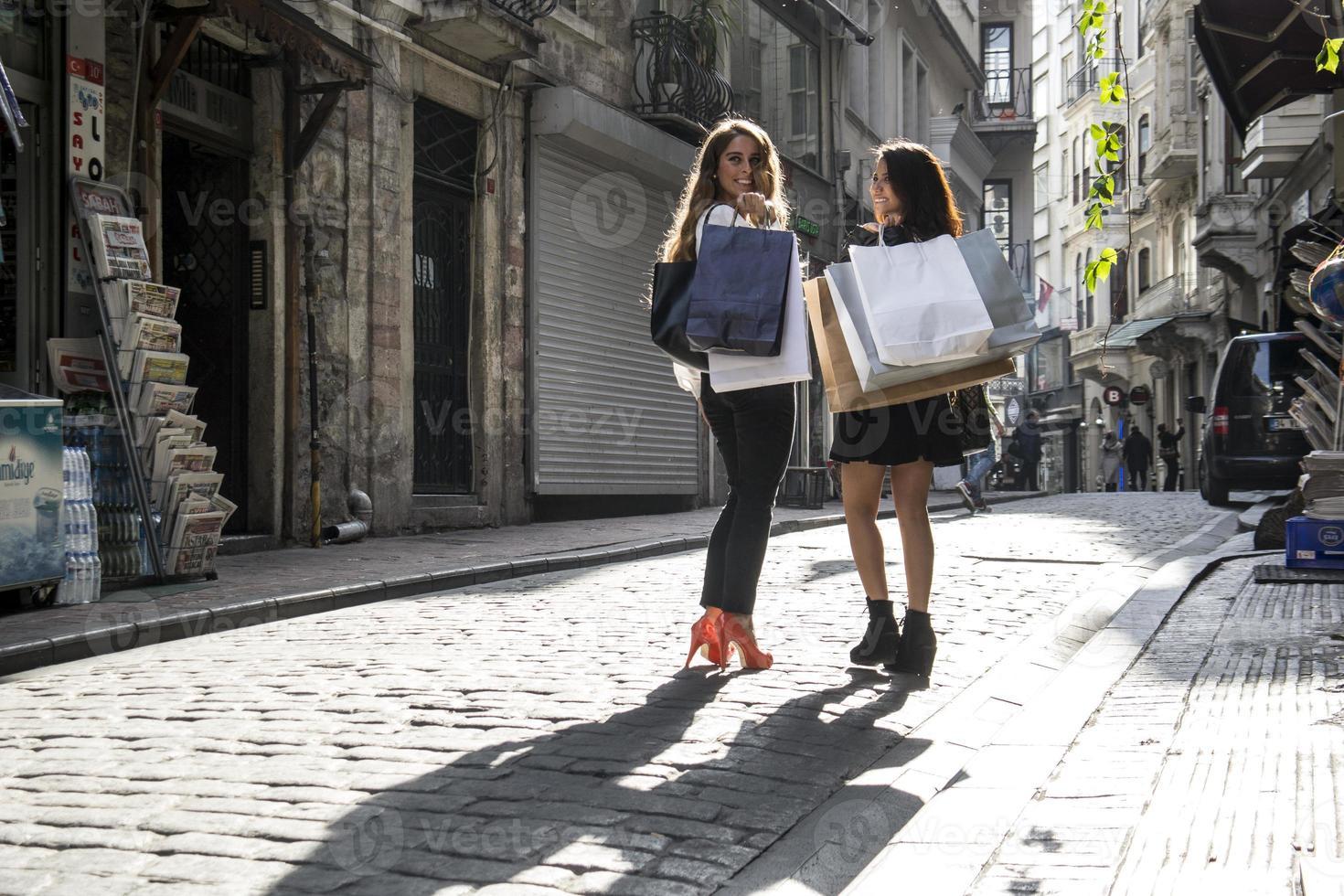 zwei Mädchen beim Einkaufen auf der Straße foto
