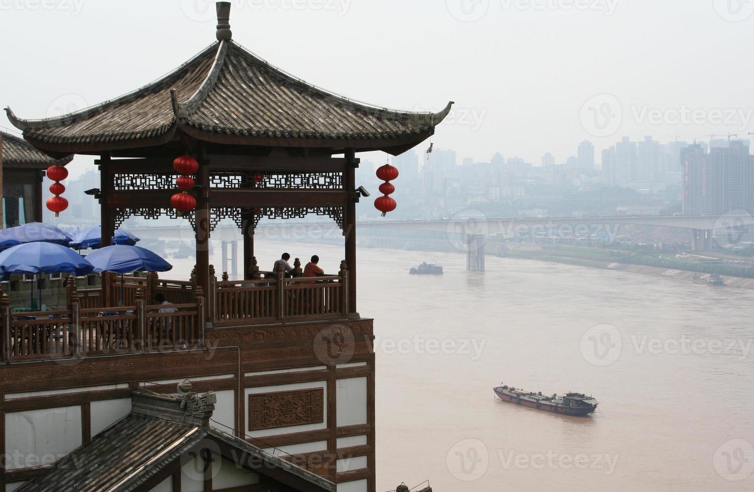 Restaurant mit Blick auf den Hafen von Chongqing foto