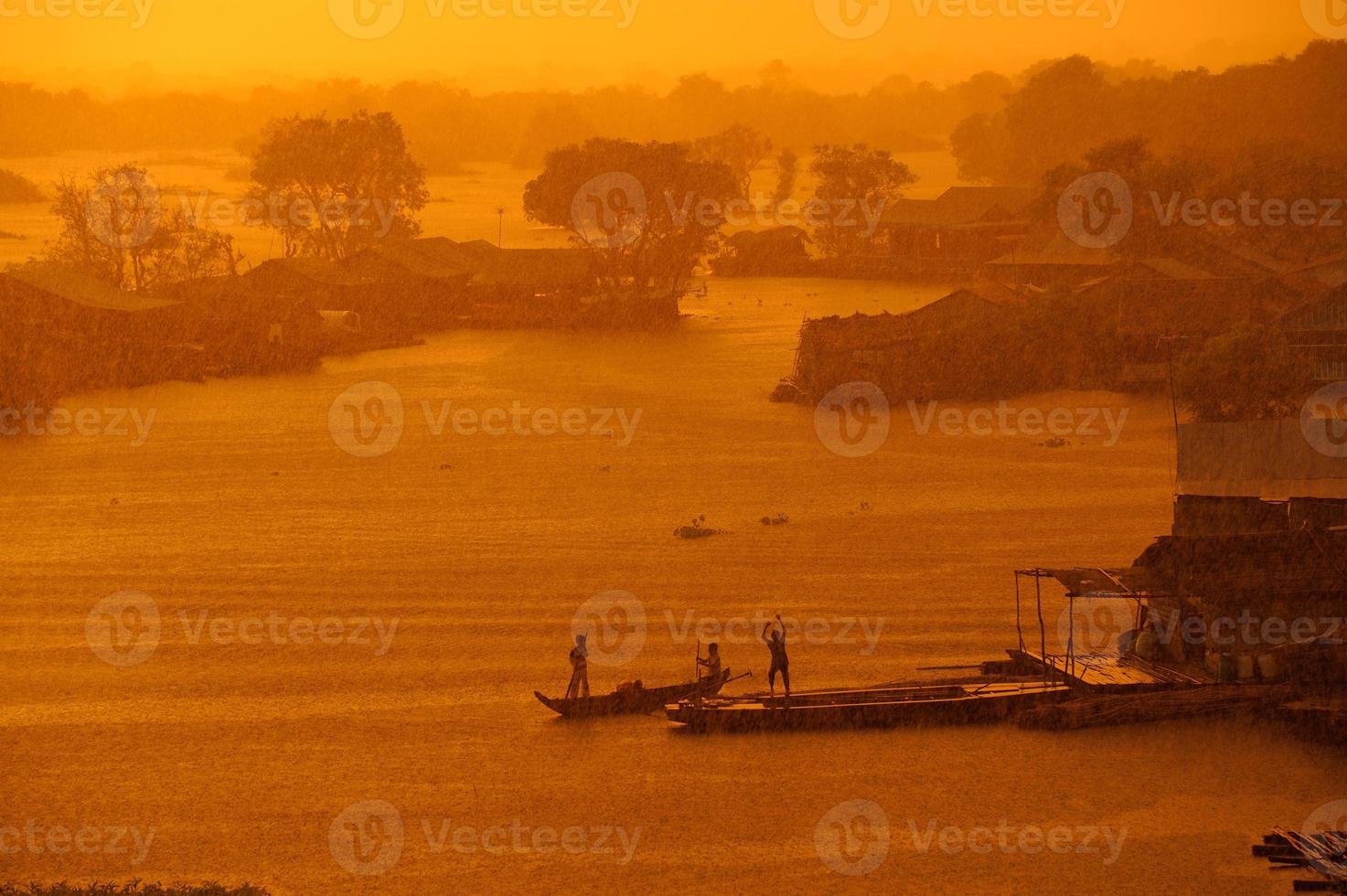 tropischer Regen bei Sonnenuntergang am Tonle Sap See foto