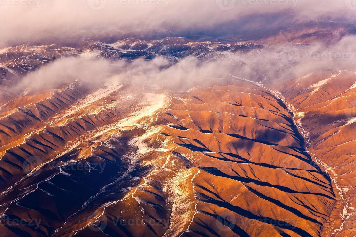 Blick vom Flugzeug auf die Berge des Himalaya foto