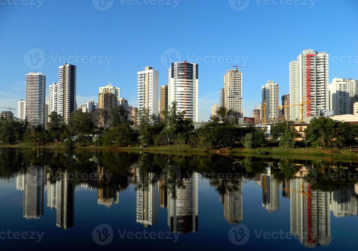 cidade e lago foto