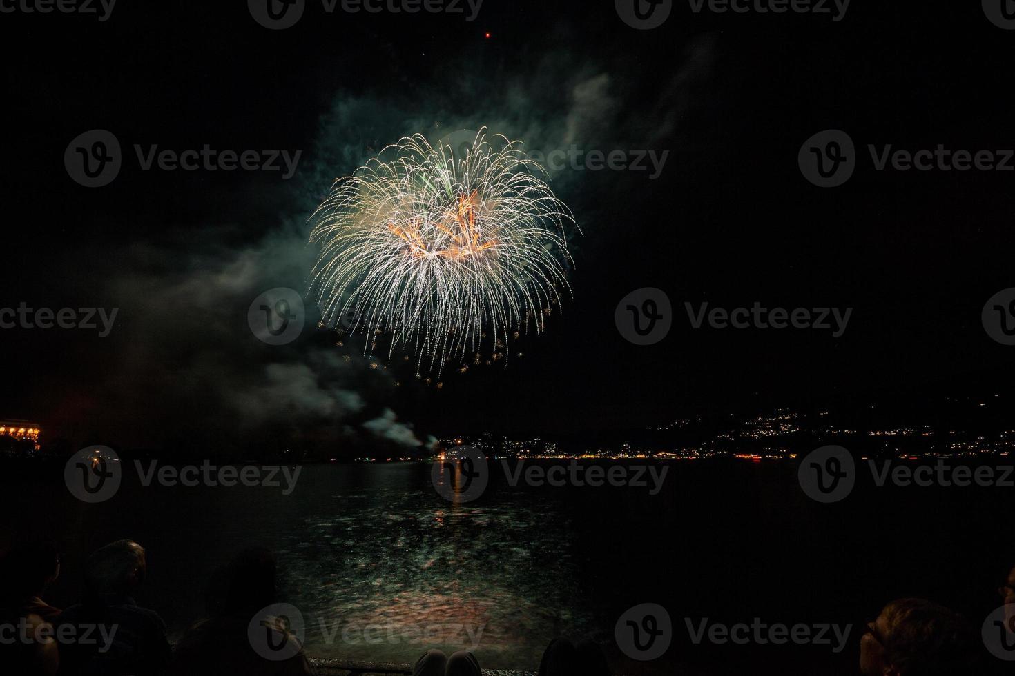 fuochi d'artificio sul lungolago, verbania, lago maggiore, piemont, italia foto