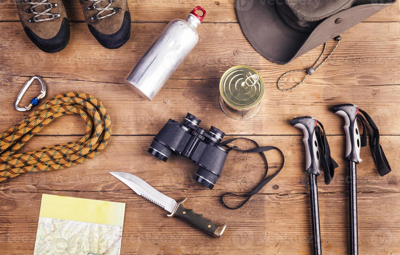 Luftaufnahme der Wanderausrüstung auf einem Holztisch foto