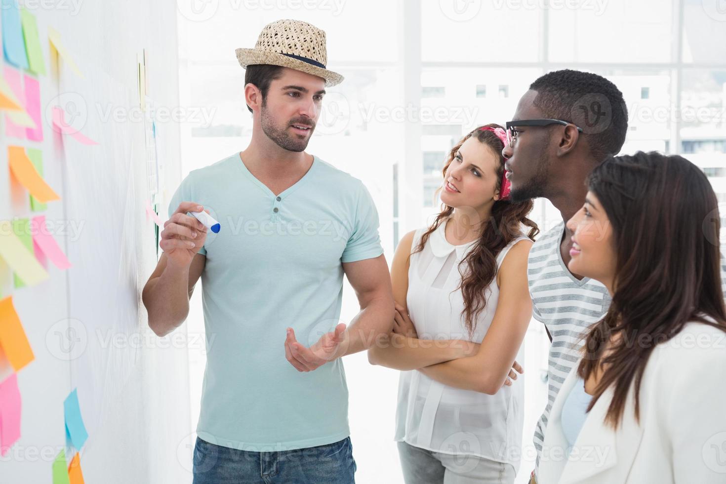 Teamwork stehen und reden zusammen foto