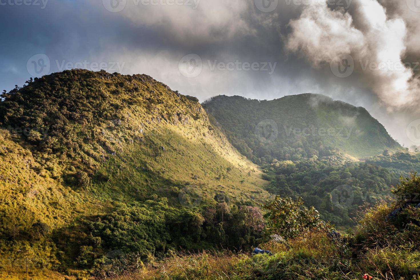 Berggipfel und regnerischer Nebel blauer Himmel foto