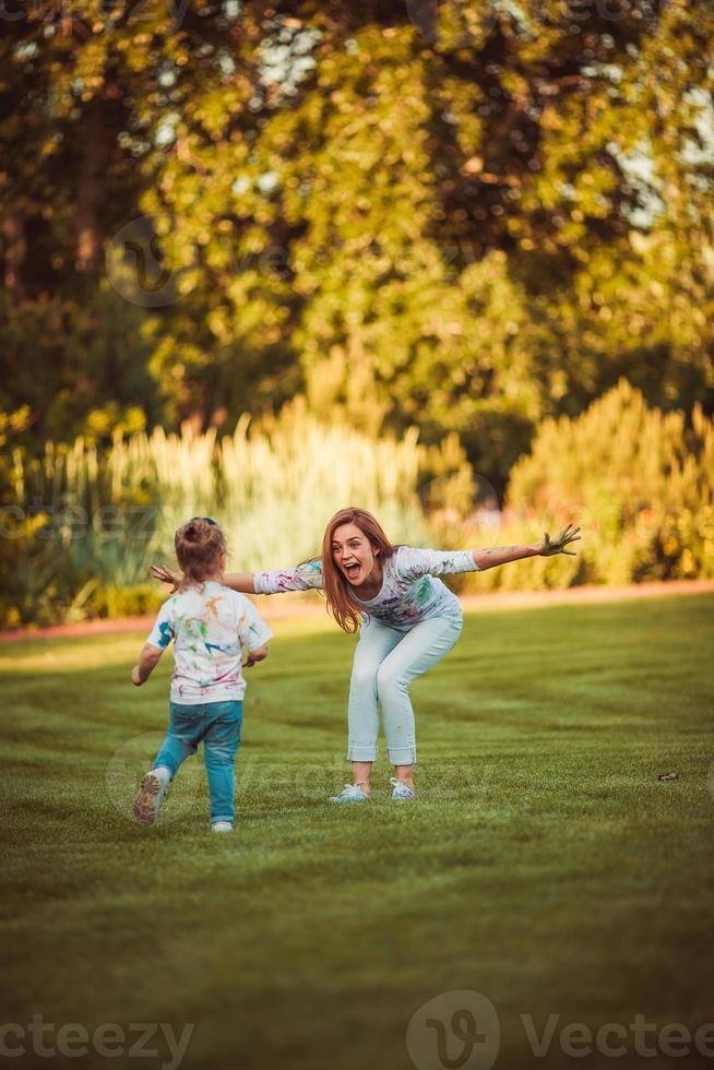 Mutter und kleine Tochter spielen zusammen foto