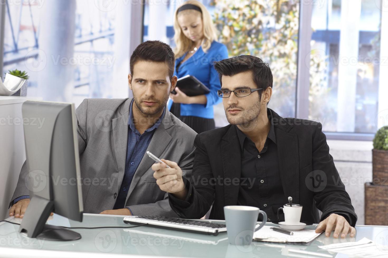 Geschäftsleute arbeiten zusammen foto