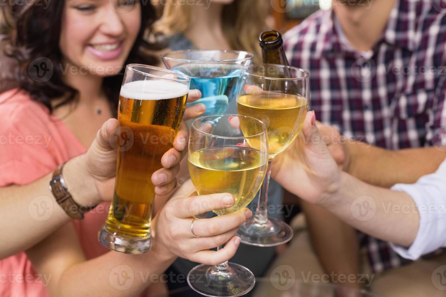 junge Freunde, die zusammen etwas trinken foto