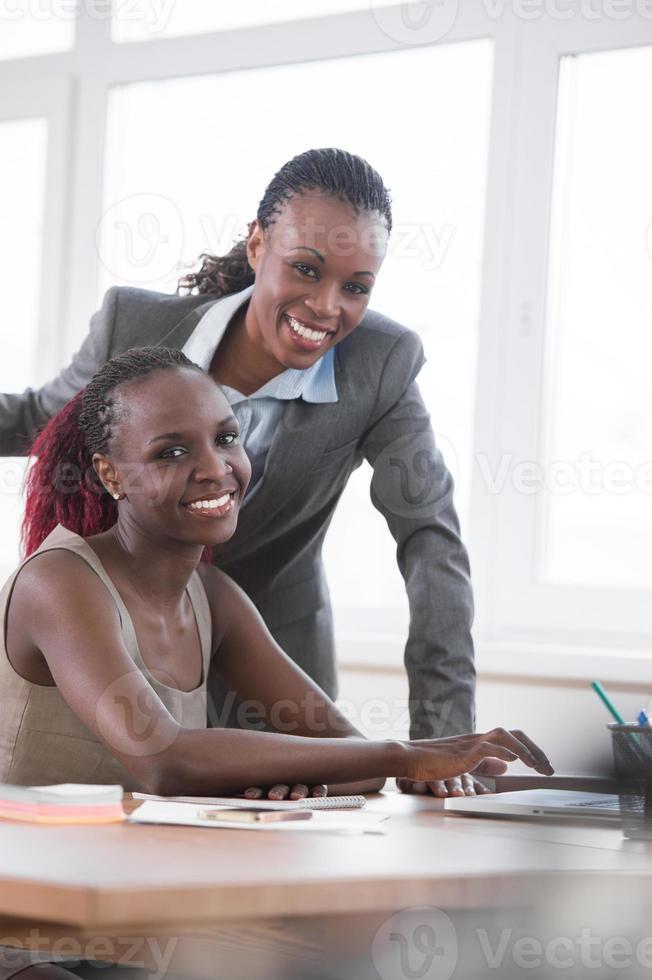 Geschäftsfrauen, die in einem Büro zusammenarbeiten foto