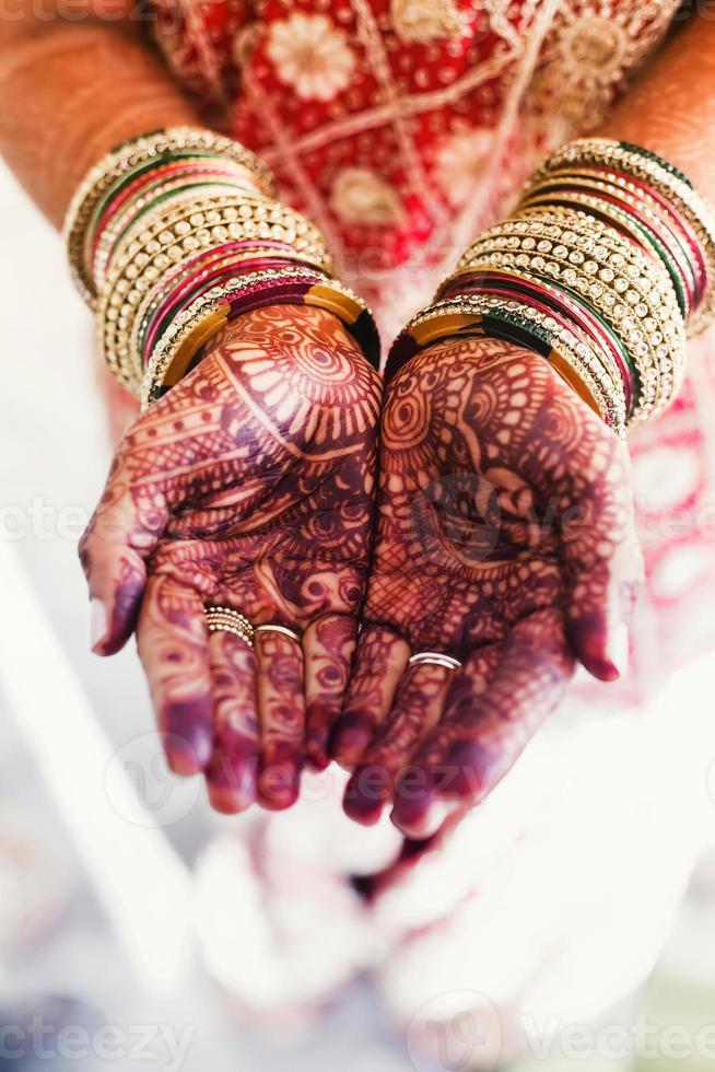 Zwei Hände hingen zusammen und zeigten Henna-Tattoos foto