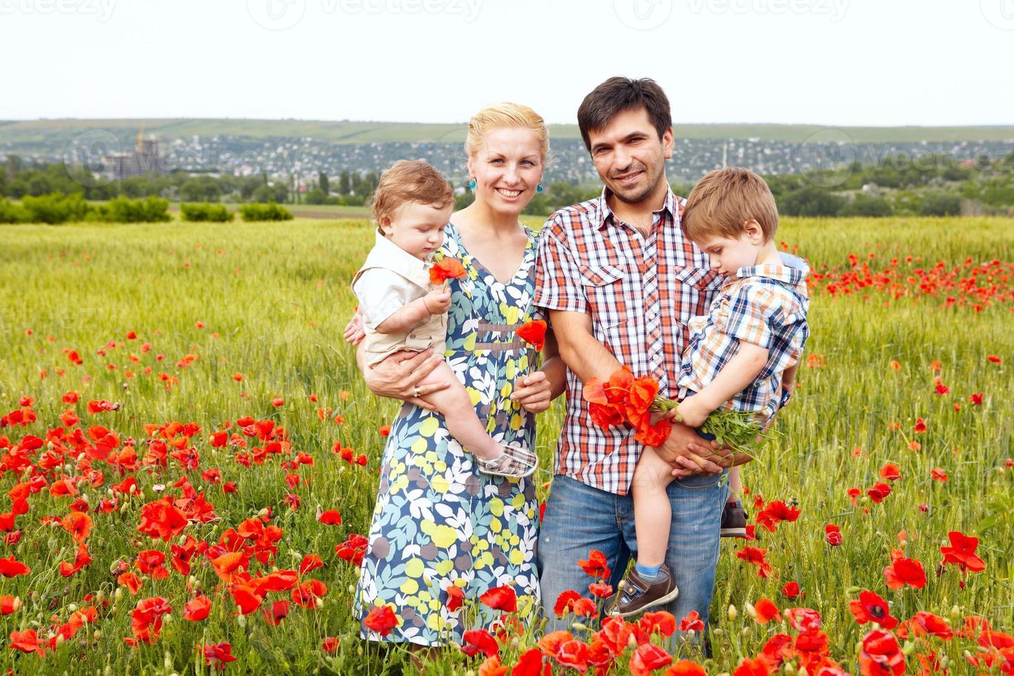 junge glückliche vierköpfige Familie, die Spaß zusammen im Freien hat. foto