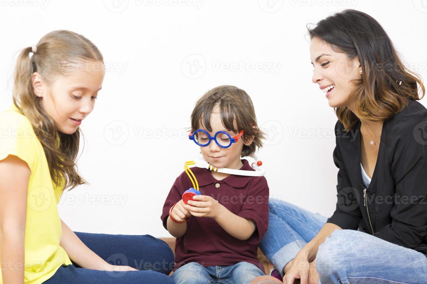 glückliches Familienspiel foto