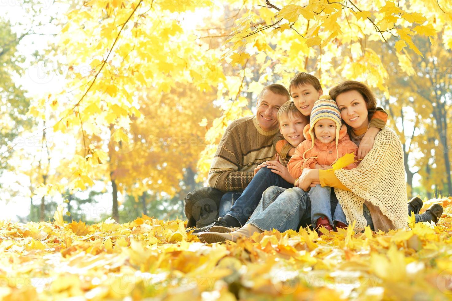 glückliche Familie im Herbstwald foto