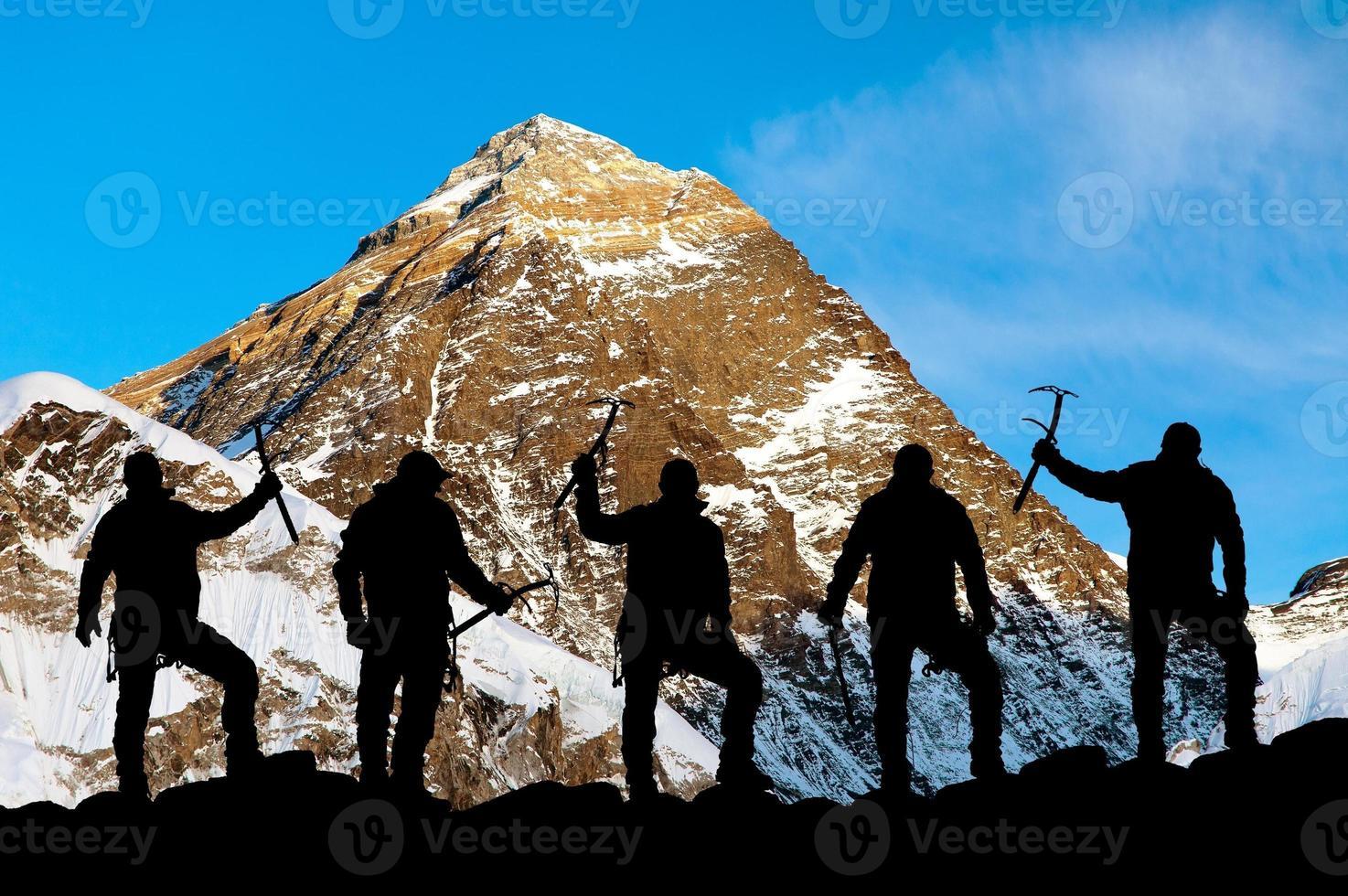 Mount Everest und Silhouette der Kletterer foto