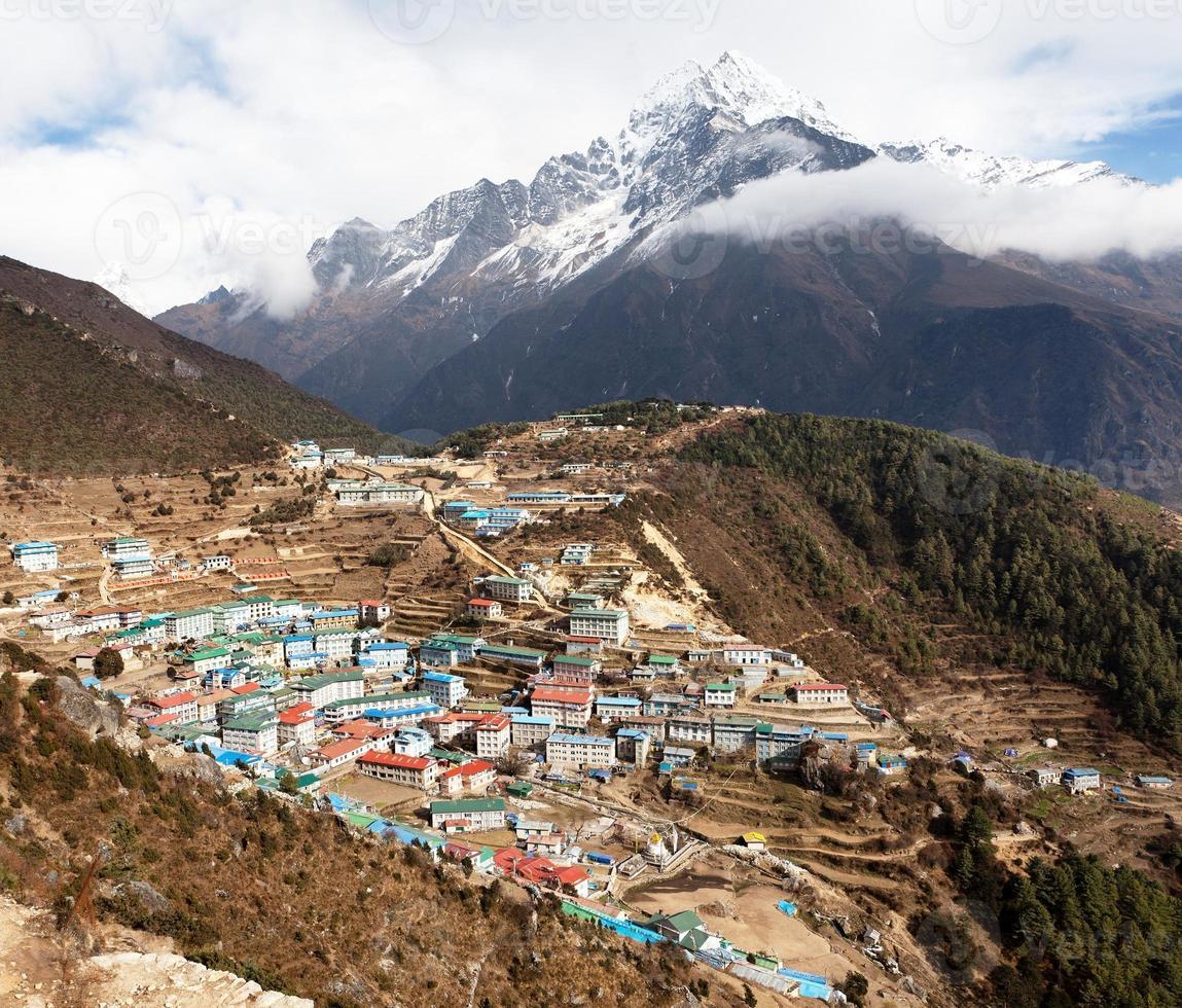 Blick auf Namche Bazar und Mount Thamserku foto