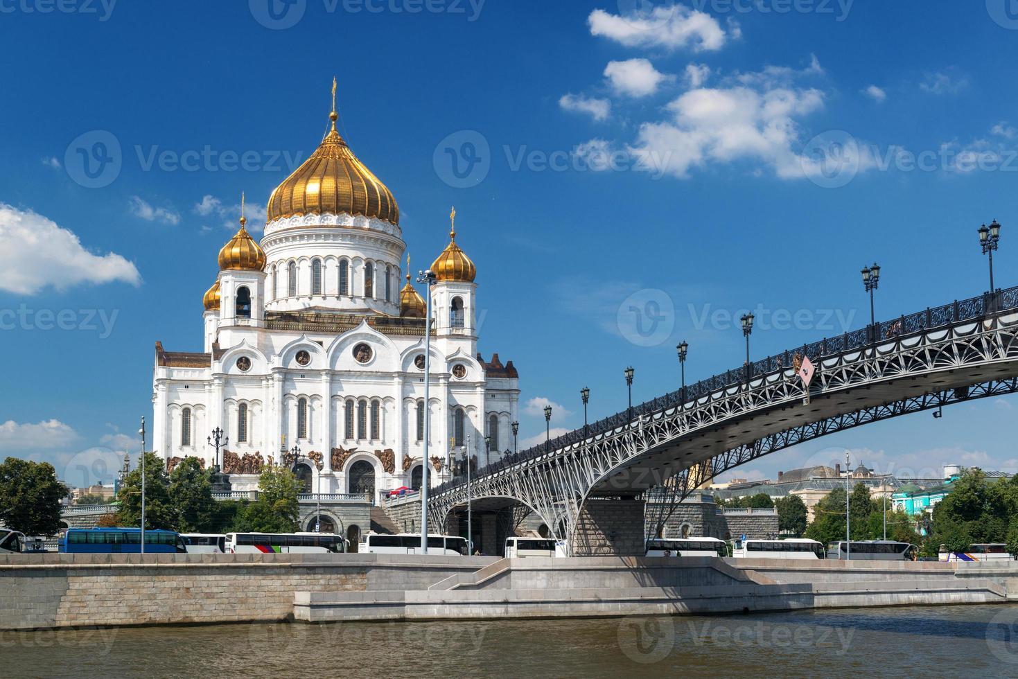 Kathedrale von Christus dem Retter und Patriarshy Brücke in Moskau foto