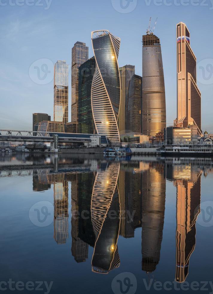Moskauer Stadtgeschäftszentrum bei Sonnenaufgang foto