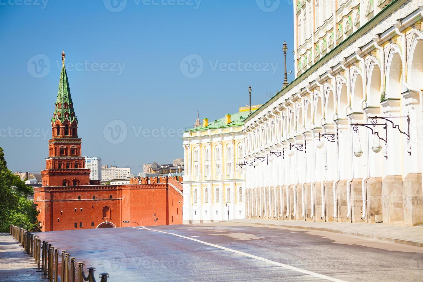 die enge Straßenansicht mit Borovitskaya-Turm foto