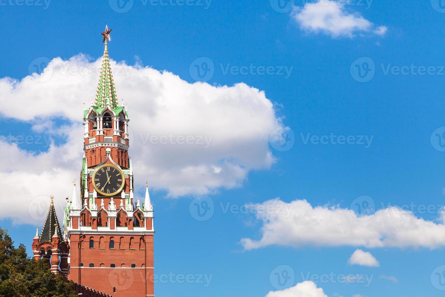 Spasskaya Turm des Moskauer Kremls und des blauen Himmels foto